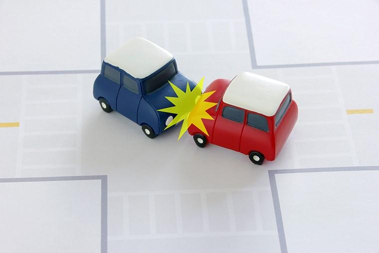 交通事故の示談交渉|「自分で行う」か「誰かに依頼する」か?